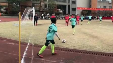 小朋友一个侧身,就把足球踢进了球门,足球还是值得期待的!