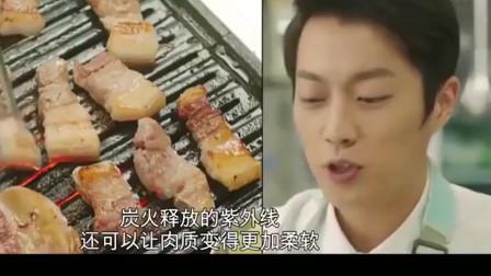 用餐吧:韩国美女深夜吃烤肉,还用生菜包起来