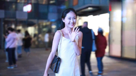 街拍:白色吊带的小姐姐真好看,40万彩礼能娶到