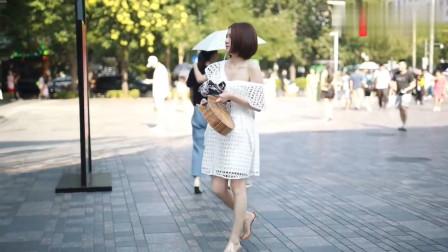街拍:镂空白色露肩裙年轻有活力,这样的女孩