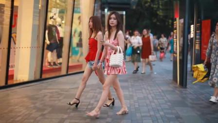 街拍:复古印花裙显优雅,美女笑起来真美