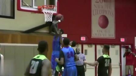 篮球:2米20的初中生在篮球场上打球,这身高应该稳进C*A了吧!