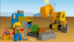 2个工人驾驶挖掘机工程自卸车道路施工 积木动画
