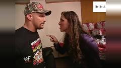 WWE冷石真是暴躁,外卖小哥碰他一下,就被揍个