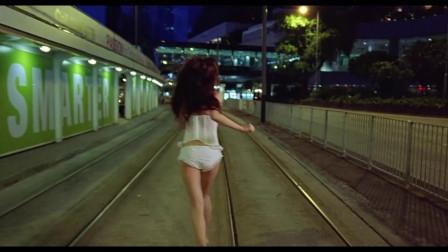 美女失恋了,衣服也没穿独自一人走在孤独的大
