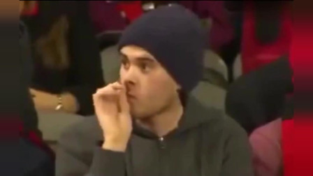足球场上,他在挖鼻屎,大家都看他,他却不知道