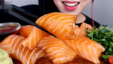 吃播:韩国美女吃货试吃三文鱼刺身,蘸上海鲜