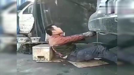 搞笑视频:车:不行了,我憋不住了,对不起了,兄弟