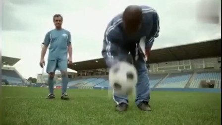 世界上最惨足球运动员没有之一, 人站哪球就往哪飞! 笑爆炸了!