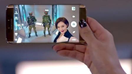 这个美女的手机真高级,拿出手机自拍,后面两