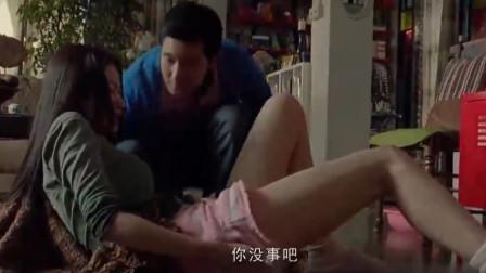 美女摔倒在地,小伙小跑过来占便宜!