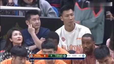 北大球王张宁就是这么厉害,迎着C*A球员就是一记三分,但是为何姚主席看着确是一脸严肃呢?