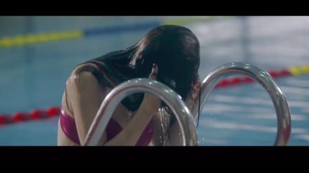 美女在泳池游泳,身材太好被众人搭讪,最后却