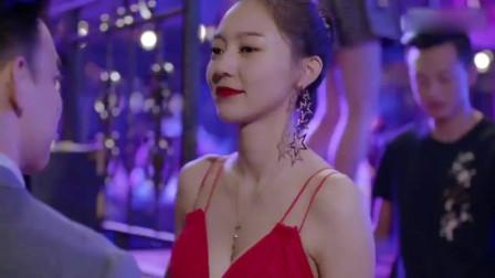 美女穿一件可爱红裙去酒吧玩,不料总裁沦陷了,直接霸气强吻!