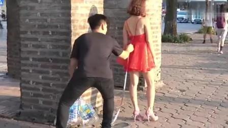 恶搞男子:在美女裙子上挂一串饮料瓶,回头率