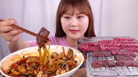 韩国吃播,美女吃毛蛤辣煮面条,烤牛肉,真香