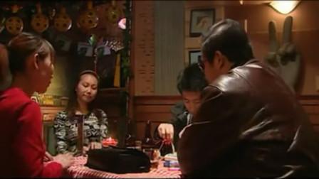 大江东去:便衣警察在酒吧跟踪犯人,谁料来俩