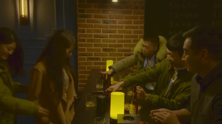 人生何处不相逢,男子又与美女在酒吧巧遇