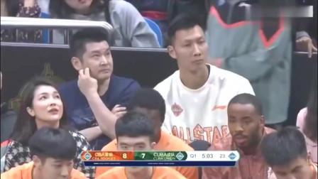 北大球王张宁就是这么厉害,迎着C*A球员就是一记三分,但是为何姚明看着确是一脸严肃呢?