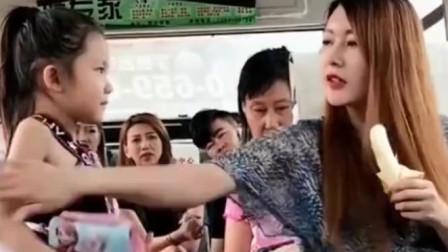 搞笑视频:女子公交车上做这种事,真是可恨,小朋友接下来的做法让她羞愧!