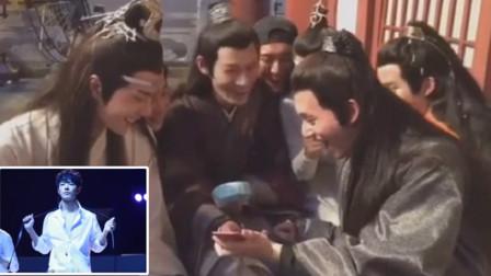 剧组偷偷看肖战的扯领带热舞,王一博调侃大喊:哇哦,战哥好帅!