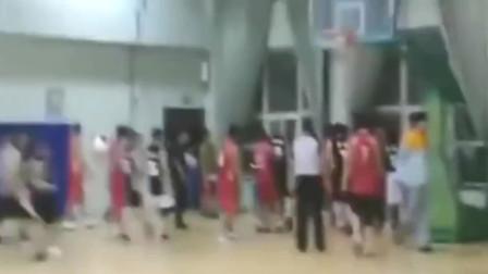 篮球打架视频,你可曾遇到这种人,到底怨进攻的责任还是防守的