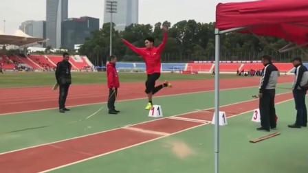 体育生三级跳,我怀疑他踩了一下空气!