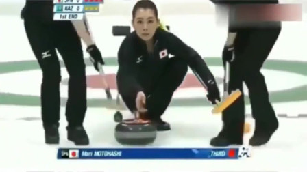 日本冰壶美女赛场笑场,这一幕太尴尬了,太搞笑了