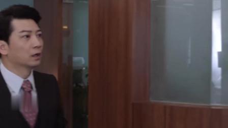 《精英律师》何赛看见美女,果真挪不开脚,哈