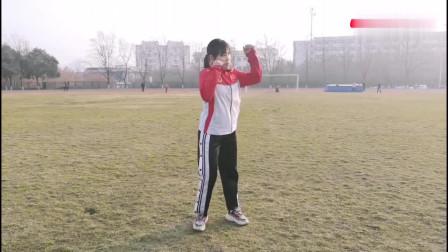 散打里的鞭腿为什么力量这么大?美女教练亲身示范,动作刚猛有力