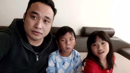 香港人怎么娱乐?单亲爸爸和孩子看搞笑视频,