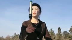 美女实力翻唱《稳住别浪》,扔话筒的动作很帅