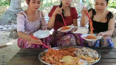 美女直播吃韩国火鸡面和泡菜,配上五花肉吃的