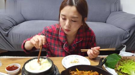 吃播:韩国美女吃货试吃铁板杀猪肠,配上蒸鸡