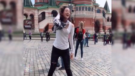 中国姑娘在国外街头跳DJ热舞,太有气势了,老外都惹不住偷看