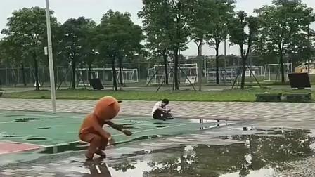 网红熊本想恶搞路人,没想到被大哥的一个举动