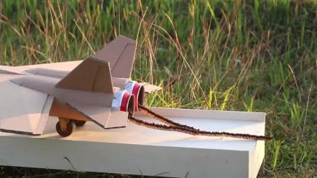 牛人用火柴和纸板制作的飞机,点燃之后,那场面真的是太震憾了!
