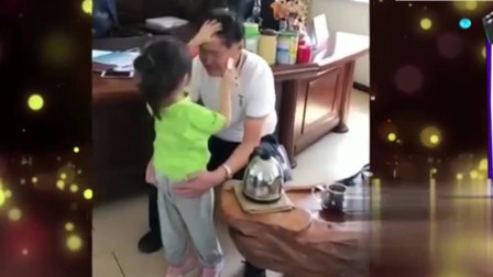 """家庭幽默录像:孙女给爷爷梳头,真相来的很"""""""