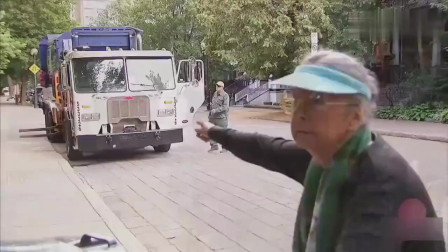 国外爆笑街头恶搞:老太太围巾被卡住,结果人
