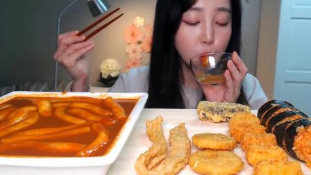 韩国美女吃年糕,再配上一大盘油炸品,吃的好