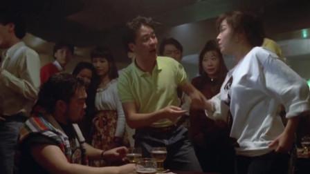 情圣:老头进酒吧找美女叙旧,不料一番解释两人以前还真是老相好!