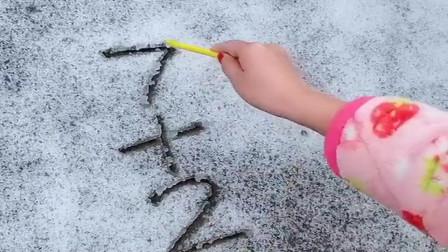 美女在雪地乱画,看到下一幕,我瞬间明白了!