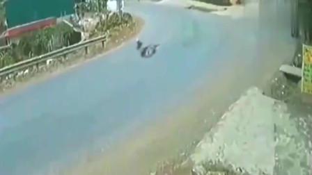 灵异事件:一场诡异的车祸,这样拐弯就能跌倒,监控拍下离奇画面