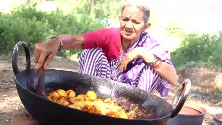 美食 印度老奶奶野外生火做饭 好几十个鸡蛋先煮后炒 出锅后喂孙子吃