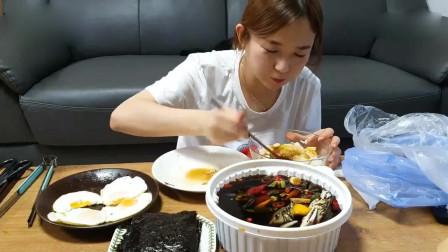 韩国美女吃播,吃酱蟹,简直太美味了