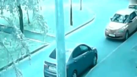 """灵异事件:道路监控拍到离奇画面,两名男子经过路口时突然出现""""诡异""""黑影拦路"""