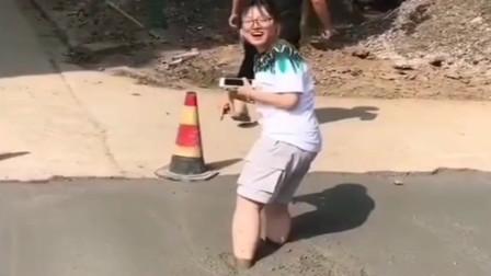美女走路玩手机,踩到了刚铺好的水泥路,想出