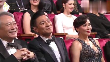 当年台下的刘德华起身敬礼并飞吻回应台上的美