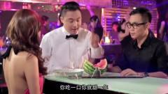 美女在酒吧被抠门帅哥忽悠,服务员都看不下去