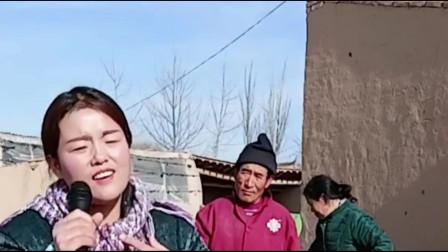 美女回乡下唱歌,爸妈一旁看懵,不知道女儿在